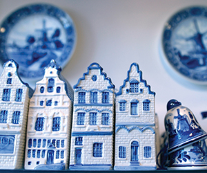 Delft-blue-famous-traditional-pottery-Delft-centre-shopping.jpg