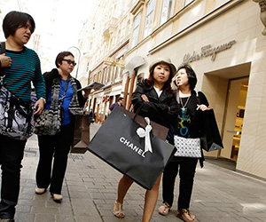 Shopping-outlet-Amsterdam-shopping-excursion-with-big-brands-ZOYO-Travel.jpg