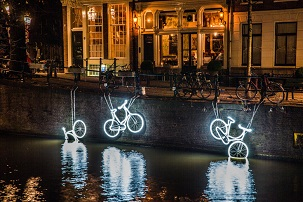 Amsterdam-light-festival-private-canal-cruise3.jpg